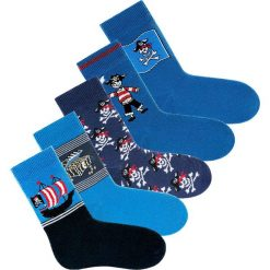 Skarpety dziecięce GO IN (5 par) bonprix 5x odcienie niebieskiego z motywem piratów. Niebieskie skarpetki męskie bonprix. Za 19,95 zł.