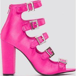 Sandały damskie: NA-KD Shoes Satynowe sandały na wysokim obcasie ze sprzączkami - Pink