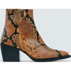 Skórzane botki kowbojskie z nadrukiem zwierzęcym w kolorze camel. Czarne botki damskie na obcasie marki Pull&Bear. Za 349,00 zł.