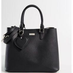 Torba City Bag z brelokiem - Czarny. Czarne torebki klasyczne damskie Mohito, z breloczkiem. Za 139,99 zł.