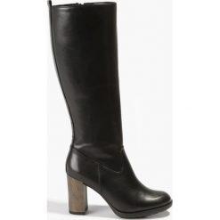Buty zimowe damskie: Czarne kozaki na szarym słupku