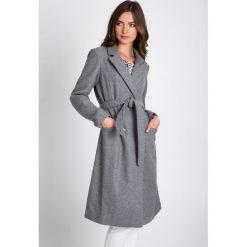 Szary rozkloszowany wiązany płaszcz QUIOSQUE. Szare płaszcze damskie pastelowe QUIOSQUE, uniwersalny, w paski, z wełny, eleganckie. W wyprzedaży za 349,99 zł.
