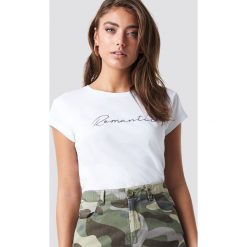 Pamela x NA-KD T-shirt basic Romantic - White. Białe t-shirty damskie Pamela x NA-KD, z nadrukiem, z dżerseju, z okrągłym kołnierzem. Za 80,95 zł.