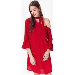 ASYMETRYCZNA SUKIENKA DAMSKA Z WIĄZANIEM NA SZYJI. Czerwone sukienki asymetryczne Top Secret, na jesień, eleganckie, z asymetrycznym kołnierzem. Za 64,99 zł.