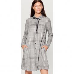 Sukienka koszulowa - Jasny szar. Szare sukienki marki Mohito, z koszulowym kołnierzykiem, koszulowe. Za 99,99 zł.