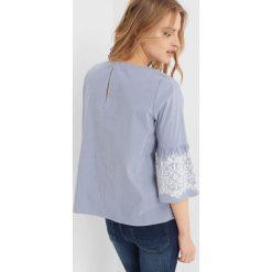 Bluzka z rozkloszowanymi rękawami. Niebieskie bluzki sportowe damskie marki Orsay, z denimu, z falbankami. Za 99,99 zł.