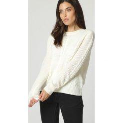 Sweter w kolorze kremowym. Białe swetry klasyczne damskie marki William de Faye, z kaszmiru, z okrągłym kołnierzem. W wyprzedaży za 136,95 zł.