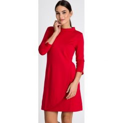 Czerwona sukienka ze stójką QUIOSQUE. Czerwone sukienki balowe marki QUIOSQUE, z dzianiny, z kopertowym dekoltem, kopertowe. W wyprzedaży za 139,99 zł.