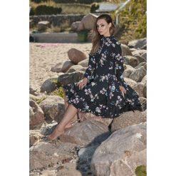 Wyjątkowa sukienka z efektownym wykończeniem czarny w kwiatki VERA. Czarne długie sukienki Lemoniade, na jesień, w kwiaty, z materiału, ze stójką, z długim rękawem. Za 249,90 zł.
