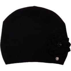Wełniana czarna czapka z kwiatem QUIOSQUE. Czarne czapki zimowe damskie QUIOSQUE, z poliamidu. Za 99,99 zł.
