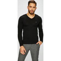 Guess Jeans - Sweter. Szare swetry klasyczne męskie marki Guess Jeans, l, z aplikacjami, z bawełny. Za 329,90 zł.