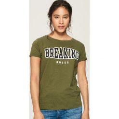 T-shirt z napisem - Khaki. Brązowe t-shirty damskie Sinsay, m, z napisami. Za 19,99 zł.