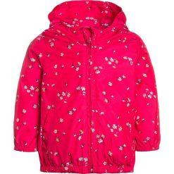 GAP TODDLER GIRL WINDBREAKER Kurtka przeciwdeszczowa summer azalea. Czerwone kurtki dziewczęce przeciwdeszczowe marki GAP, z materiału. W wyprzedaży za 143,10 zł.
