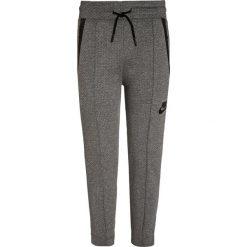 Nike Performance TECH FLEECE Spodnie treningowe carbon heather. Szare spodnie chłopięce marki Nike Performance, z bawełny. W wyprzedaży za 209,30 zł.