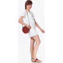 MINI SUKIENKA Z KORONKI. Szare sukienki balowe marki Top Secret, na lato, w koronkowe wzory, z koronki, z krótkim rękawem, mini. Za 74,99 zł.