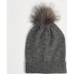 Czapka z pomponem - Szary. Czerwone czapki zimowe damskie marki Mohito, z bawełny. Za 39,99 zł.