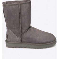 UGG - Buty Classic Short II. Białe buty zimowe damskie Ugg, z futra, na obcasie. Za 939,90 zł.