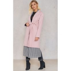 Płaszcze damskie pastelowe: Andrea Hedenstedt x NA-KD Płaszcz z paskiem – Pink