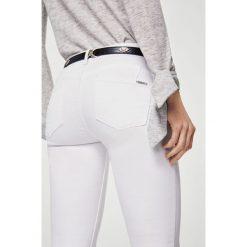 Mango - Jeansy Kim2. Białe jeansy damskie marki Mango, z bawełny. W wyprzedaży za 79,90 zł.
