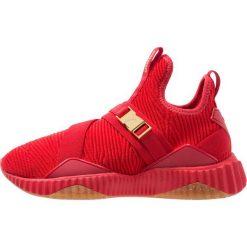 Puma DEFY MID VARSITY Obuwie treningowe ribbon red/metallic gold. Czerwone buty sportowe damskie marki Puma, z materiału. Za 459,00 zł.