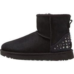 UGG MINI STUDDED BLING Botki black. Szare buty zimowe damskie marki Ugg, z materiału, z okrągłym noskiem. Za 1049,00 zł.