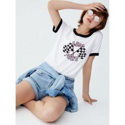 """Koszulka z obszyciem i nadrukiem """"Lost Port"""". Białe t-shirty damskie Pull&Bear, z nadrukiem. Za 29,90 zł."""