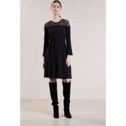 MICHAEL Michael Kors Sukienka z dżerseju black. Czarne sukienki z falbanami marki MICHAEL Michael Kors, m, z dżerseju. W wyprzedaży za 409,50 zł.