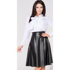 Biała Koszula we Wzory z Wiązaną Kokardą. Białe koszule wiązane damskie marki Molly.pl, l, z gumy, biznesowe, z kokardą, z długim rękawem. Za 139,90 zł.