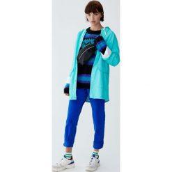 Płaszcz przeciwdeszczowy z kapturem i sznurkami. Niebieskie płaszcze damskie marki Pull&Bear. Za 139,00 zł.