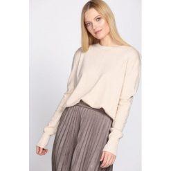 Swetry klasyczne damskie: Jasnobeżowy Sweter Demanding