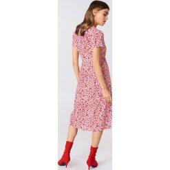 Sukienki hiszpanki: Andrea Hedenstedt x NA-KD Kopertowa sukienka z dekoltem V – Pink,Multicolor