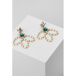 Kolczyki damskie: Anton Heunis GEMCLUSTER EARRING WITH WINGED HOOPS Kolczyki emerald/goldcoloured