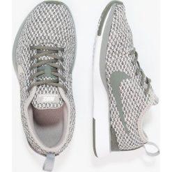 Nike Sportswear DUALTONE RACER SE (PS) Tenisówki i Trampki river rock/cobblestone/black/light bone/white. Zielone tenisówki męskie marki Nike Sportswear, z materiału. W wyprzedaży za 195,30 zł.
