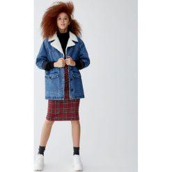 Kurtka jeansowa ocieplana sztucznym barankiem. Niebieskie kurtki damskie jeansowe marki Pull&Bear. Za 249,00 zł.