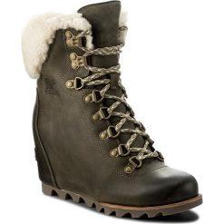 Botki SOREL - Conquest Wedge Shearling NL2699 Nori/Stone 383. Zielone buty zimowe damskie Sorel, z gumy. W wyprzedaży za 449,00 zł.