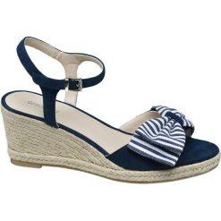 Sandały damskie na koturnie Graceland niebieskie. Niebieskie rzymianki damskie Graceland, z materiału, na koturnie. Za 89,90 zł.