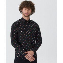 Koszula ze świątecznym nadrukiem - Wielobarwn. Szare koszule męskie na spinki marki House, l, z nadrukiem. Za 79,99 zł.