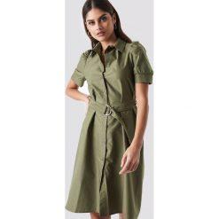 NA-KD Trend Sukienka koszulowa z paskiem - Green. Białe sukienki mini marki NA-KD Trend, w paski, z poliesteru, z klasycznym kołnierzykiem. Za 121,95 zł.