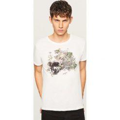 T-shirt z nadrukiem w stylu vintage - Biały. Białe t-shirty męskie z nadrukiem marki Reserved, l. W wyprzedaży za 19,99 zł.