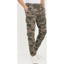 INDICODE JEANS LEWY Bojówki dired camouflage. Zielone jeansy męskie marki INDICODE JEANS, z bawełny. Za 149,00 zł.