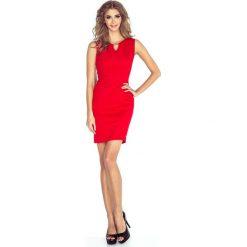 Czerwona Ołówkowa Mini Sukienka z Klamerką. Czerwone sukienki balowe marki Molly.pl, do pracy, na lato, l, z elastanu, z okrągłym kołnierzem, bez rękawów, mini, dopasowane. Za 124,90 zł.