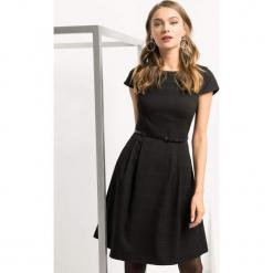 Rozkloszowana sukienka w kratę. Czarne sukienki dzianinowe marki Orsay, do pracy, w grochy, biznesowe, rozkloszowane. Za 139,99 zł.