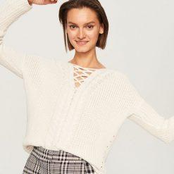 Sweter z ozdobnym dekoltem - Kremowy. Białe swetry klasyczne damskie Reserved, l. Za 79,99 zł.