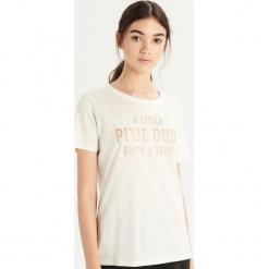 T-shirt z błyszczącym napisem - Kremowy. Białe t-shirty damskie Sinsay, l, z napisami. Za 19,99 zł.