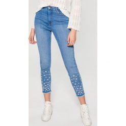 Jeansy high waist ze zdobieniem - Niebieski. Niebieskie jeansy damskie marki Mohito, z podwyższonym stanem. W wyprzedaży za 99,99 zł.