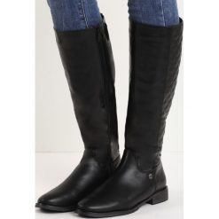Czarne Kozaki Pick Me. Czarne buty zimowe damskie Born2be, z okrągłym noskiem, przed kolano, na wysokim obcasie, na płaskiej podeszwie. Za 139,99 zł.