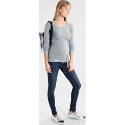 MAMALICIOUS MLAUGUSTA SCRATCH  Jeansy Slim Fit medium blue denim. Niebieskie jeansy damskie MAMALICIOUS. Za 259,00 zł.