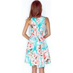 Cameron Sukienka z dłuższym tyłem - KWIATY BRZOSKWINIOWE NA NIEBIESKIM TLE. Niebieskie sukienki hiszpanki numoco, s, w kwiaty. Za 209,99 zł.