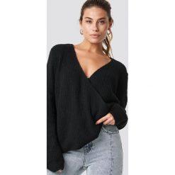 Trendyol Kopertowy sweter - Black. Czarne swetry klasyczne damskie Trendyol, z dzianiny, z kopertowym dekoltem. Za 100,95 zł.