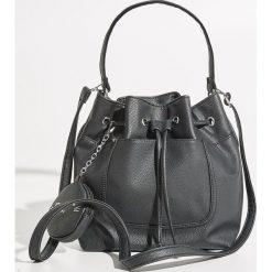 Torba worek z brelokiem - Czarny. Czarne torebki klasyczne damskie Sinsay, z breloczkiem. W wyprzedaży za 49,99 zł.